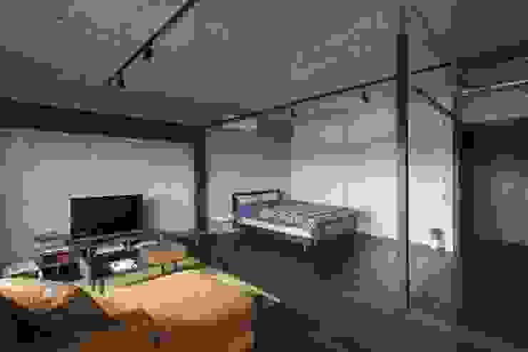 着替える家 山本嘉寛建築設計事務所 YYAA ラスティックデザインの リビング 木 ブラウン