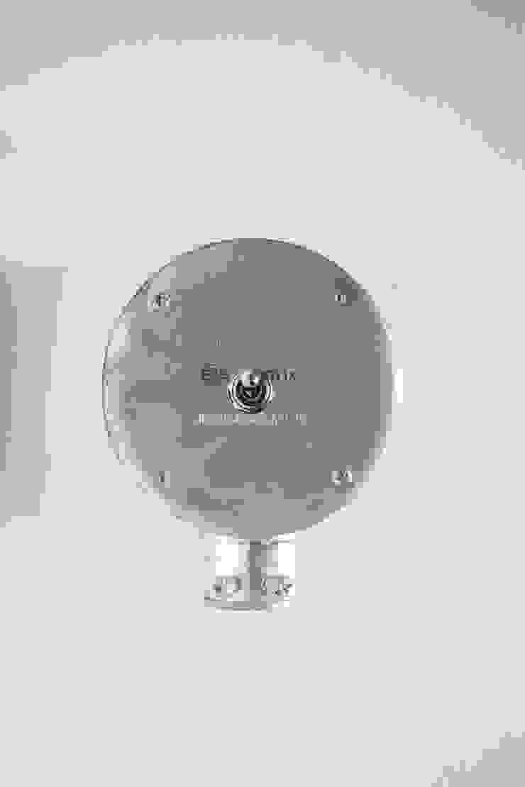 着替える家: 山本嘉寛建築設計事務所 yyaaが手掛けた素朴なです。,ラスティック 鉄/鋼
