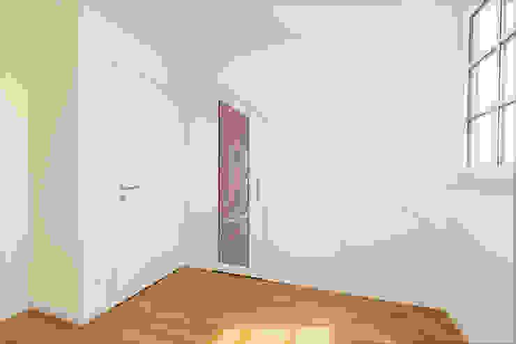 ASADA Schiebetüren und Möbel nach Maß - Ulrich Schablowsky Corridor, hallway & stairsStorage