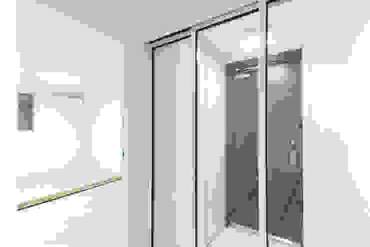 압구정 현대 아파트 인테리어 리모델링(52py) 모던스타일 복도, 현관 & 계단 by 바나나웍스 모던 알루미늄 / 아연
