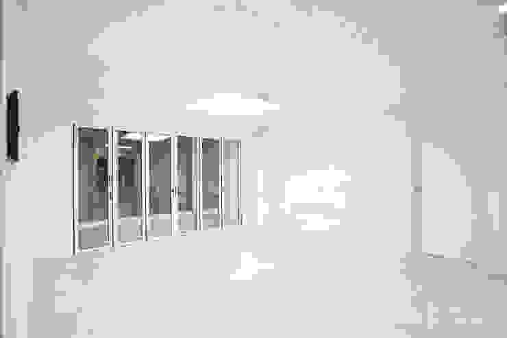 압구정 현대 아파트 인테리어 리모델링(52py) 모던스타일 거실 by 바나나웍스 모던 타일