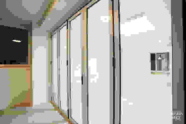 압구정 현대 아파트 인테리어 리모델링(52py) 모던스타일 발코니, 베란다 & 테라스 by 바나나웍스 모던 알루미늄 / 아연