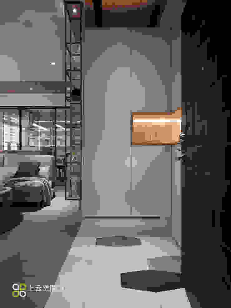 玄關-懸吊三面櫃 現代風玄關、走廊與階梯 根據 上云空間設計 現代風