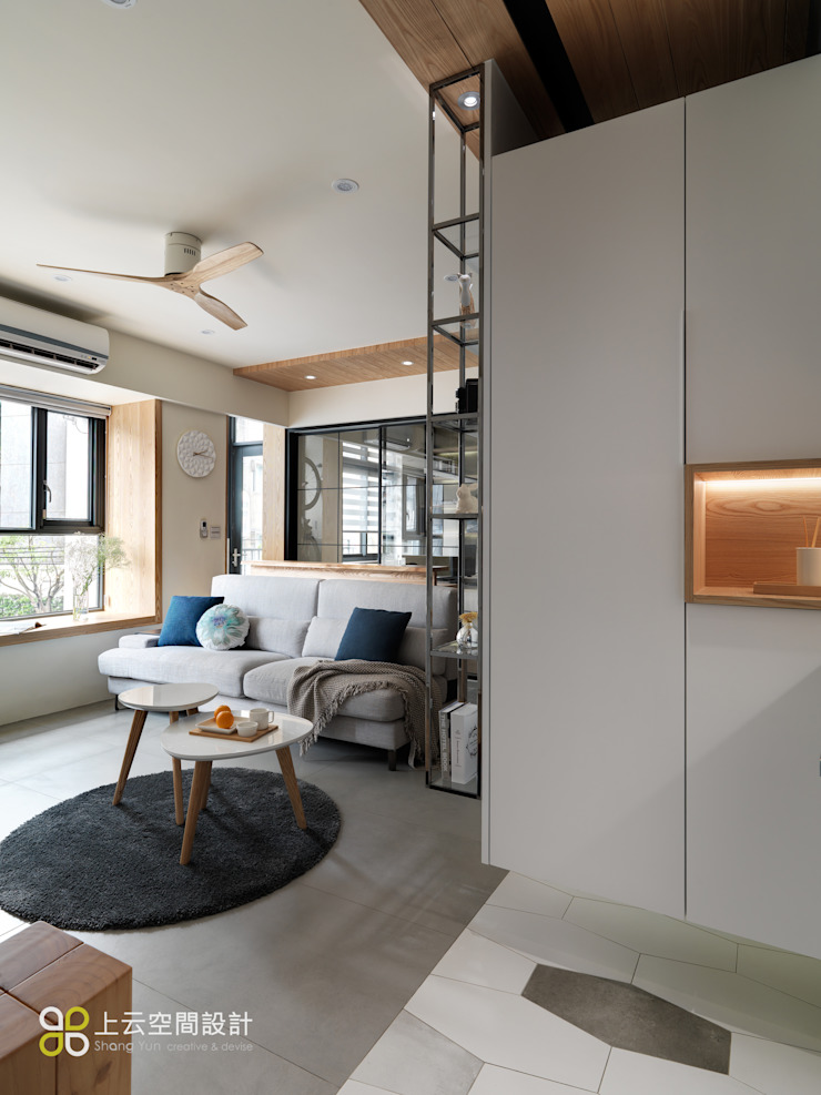 【溫潤雋永-住辦合一宅】 现代客厅設計點子、靈感 & 圖片 根據 上云空間設計 現代風