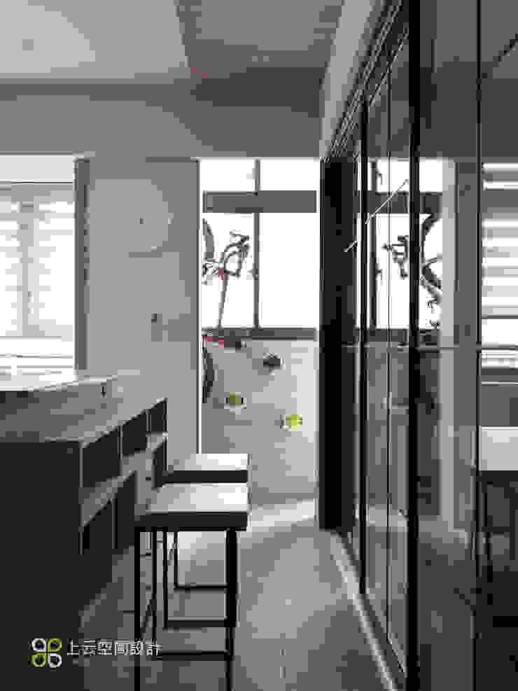 【溫潤雋永-住辦合一宅】 現代風玄關、走廊與階梯 根據 上云空間設計 現代風