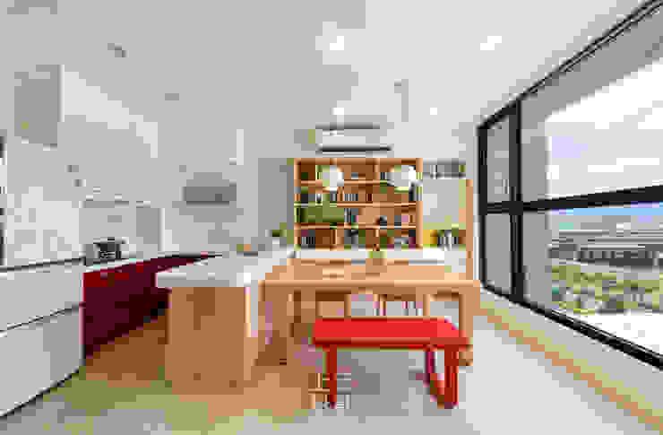 14坪錯層-清爽活潑親子宅 現代廚房設計點子、靈感&圖片 根據 上云空間設計 現代風