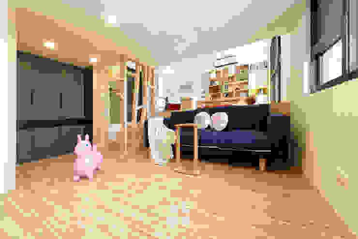14坪錯層-清爽活潑親子宅 现代客厅設計點子、靈感 & 圖片 根據 上云空間設計 現代風