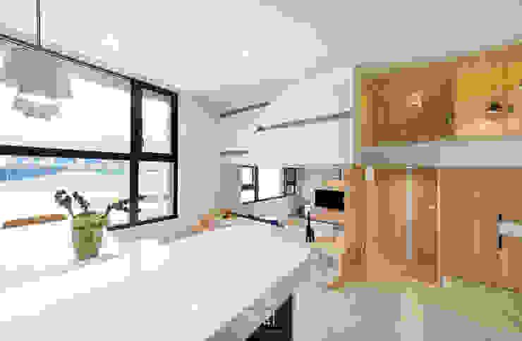 14坪錯層-清爽活潑親子宅 現代風玄關、走廊與階梯 根據 上云空間設計 現代風