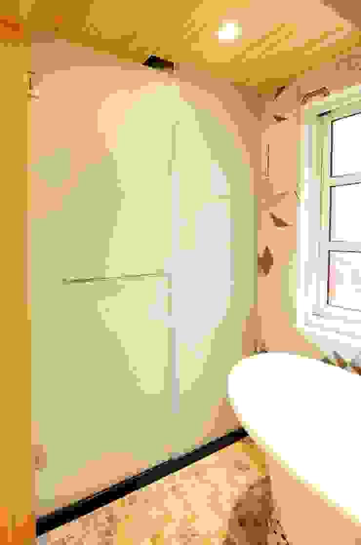 知名莊園樹屋民宿,享受放鬆愉悅的淋浴空間! 現代浴室設計點子、靈感&圖片 根據 中圓泰 / 淋浴拉門 現代風 玻璃