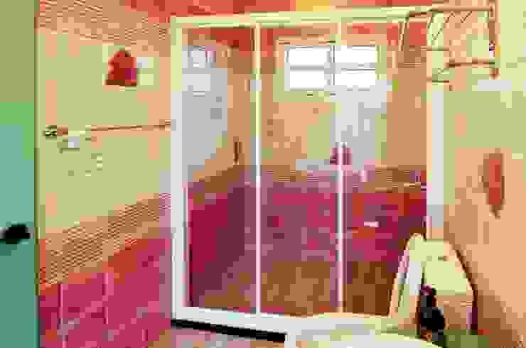 K3300 現代浴室設計點子、靈感&圖片 根據 中圓泰 / 淋浴拉門 現代風 玻璃