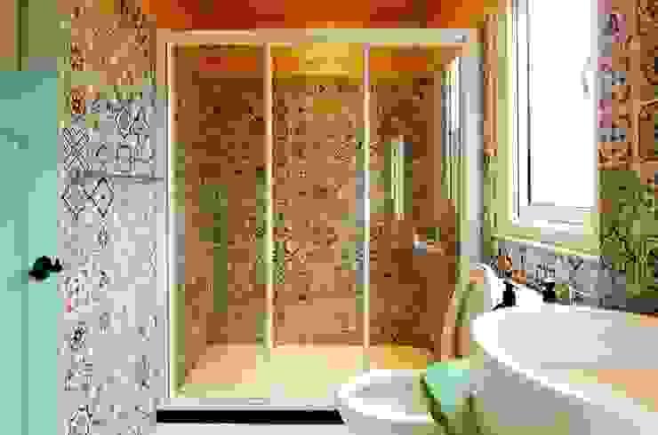 知名莊園樹屋民宿,享受放鬆愉悅的淋浴空間! 現代浴室設計點子、靈感&圖片 根據 中圓泰 / 淋浴拉門 現代風