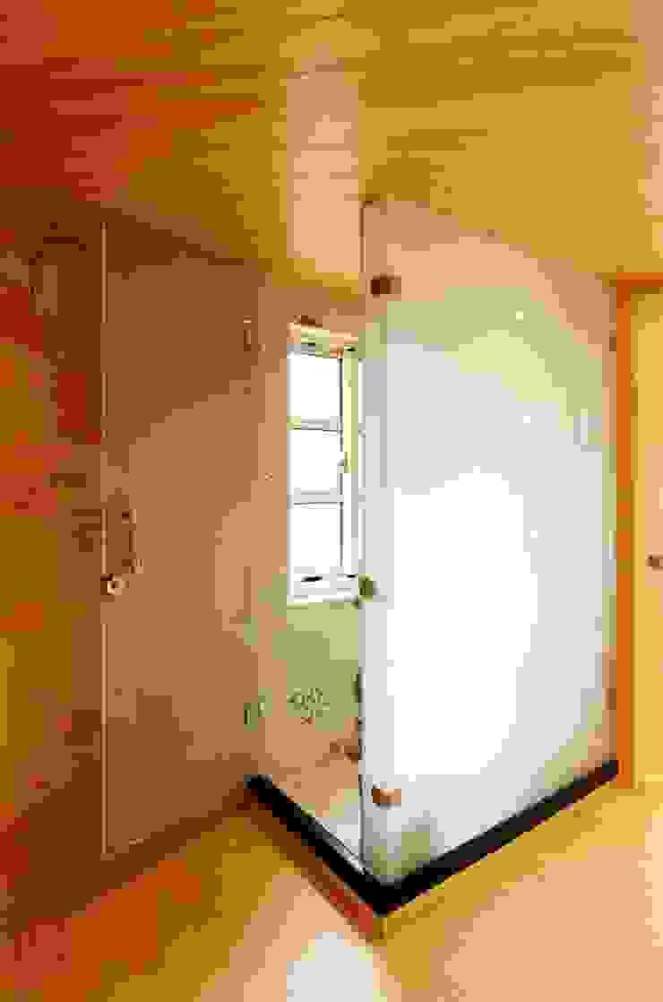 知名莊園樹屋民宿,享受放鬆愉悅的淋浴空間! 根據 中圓泰 / 淋浴拉門 現代風 玻璃