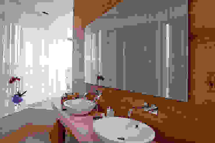 homify Eclectic style bathroom Wood