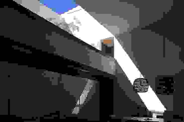 HNN HOUSE Pasillos, vestíbulos y escaleras modernos de Hernandez Silva Arquitectos Moderno