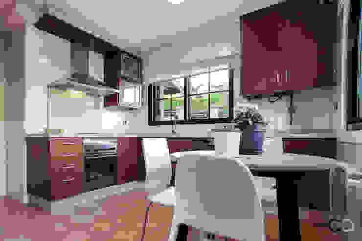 COCINA Cocinas de estilo moderno de CCVO Design and Staging Moderno Madera Acabado en madera
