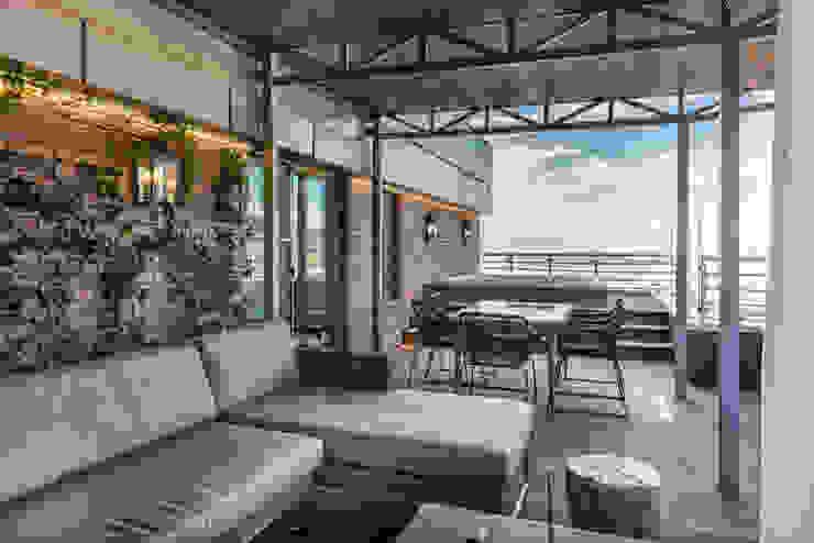 Balkon, Beranda & Teras Gaya Industrial Oleh GraniStudio Industrial