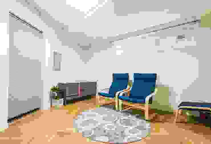 근린생활시설 단독주택: 집으로의  거실,모던