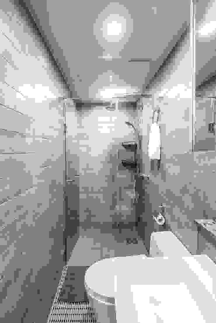 근린생활시설 단독주택 모던스타일 욕실 by 집으로 모던