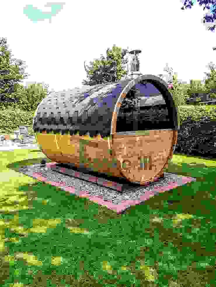 Buitenbad sauna met aanhanger kleedkamer en Harvia oven van TimberIN hot tubs en sauna's Scandinavisch