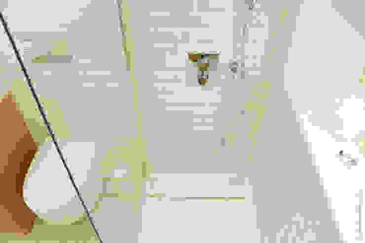 HOUSE LIBERDADE Casas de banho escandinavas por Catarina Batista Studio Escandinavo