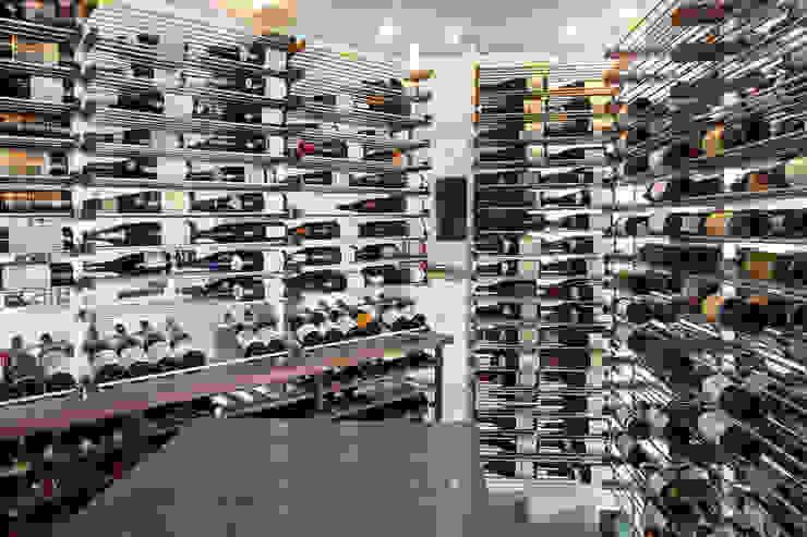 Agencement d'une cave à vin dans un condo urbain Millesime Wine Racks Cave à vin moderne Aluminium/Zinc Métallisé / Argent