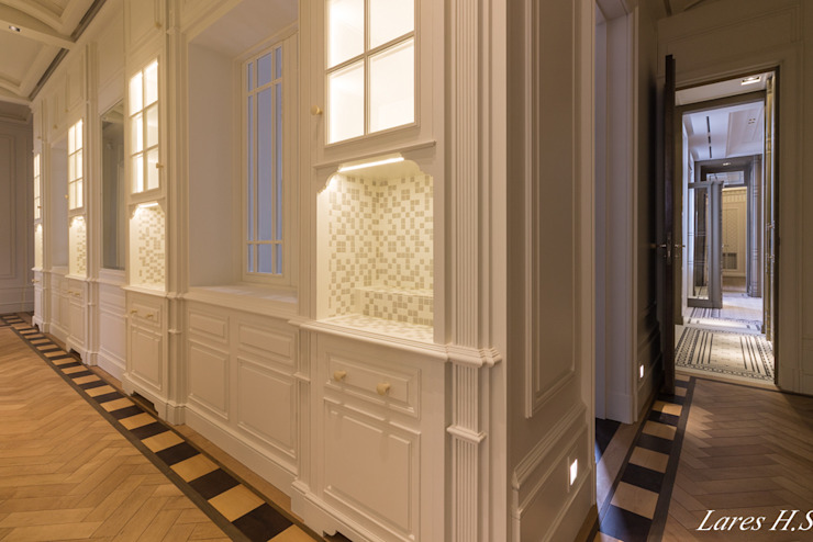 Classic corridor, hallway & stairs by Lares Home Staging - Photography Classic