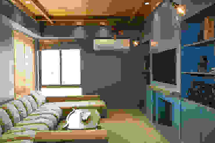 Lounge room Modern study/office by DESIGNER'S CIRCLE Modern
