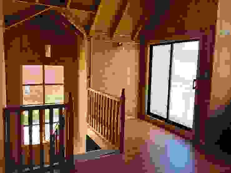 AMPLIACIÓN VIVIENDA UNIFAMILIAR - ACHAO, CHILOE Estudios y bibliotecas de estilo rústico de GerSS Arquitectos Rústico Madera Acabado en madera
