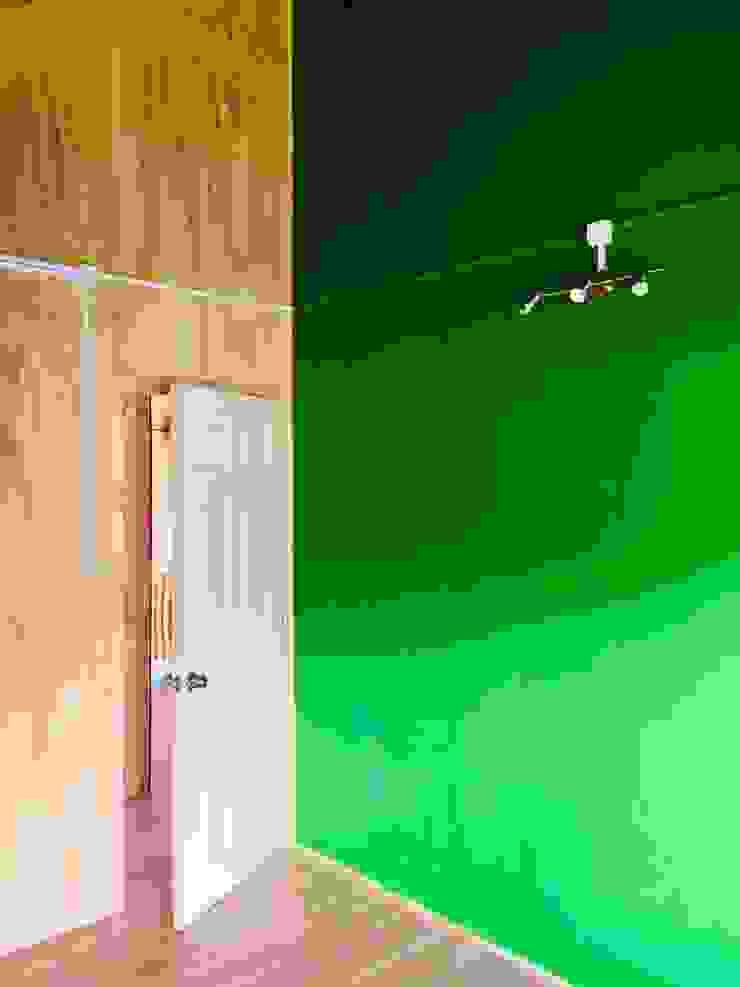 AMPLIACIÓN VIVIENDA UNIFAMILIAR – ACHAO, CHILOE Dormitorios de estilo rural de GerSS Arquitectos Rural Madera Acabado en madera