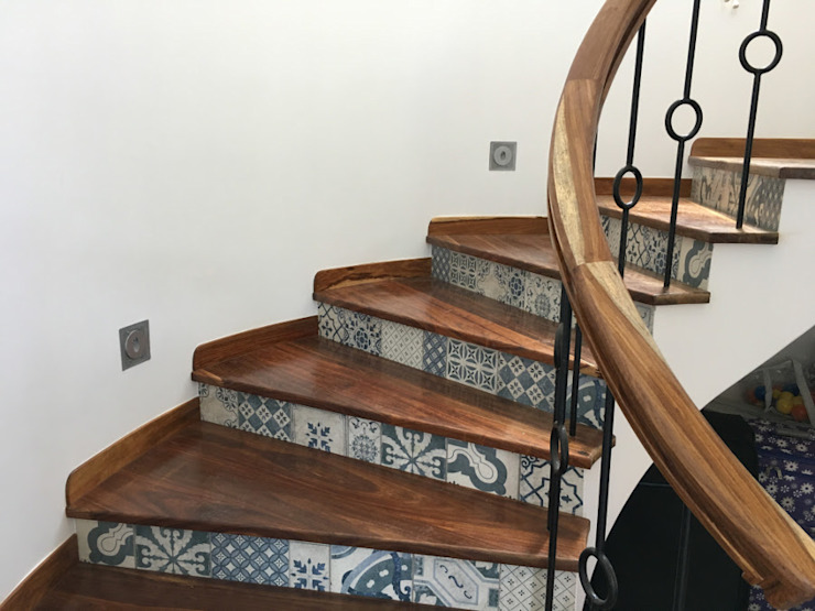 Staircase from Kiaat wood:  Stairs by Nick and Nelly Kitchens