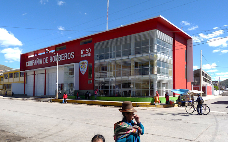 Estación de Bomberos en Sicuani de CARLOS SOTO ARQUITECTO Moderno Concreto