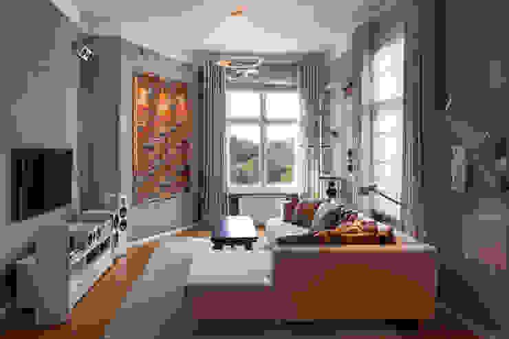 Raumgestaltung mit Lehmputz, Vorhängen und Lichtkonzept ADLER Wohndesign Moderne Wohnzimmer Grau