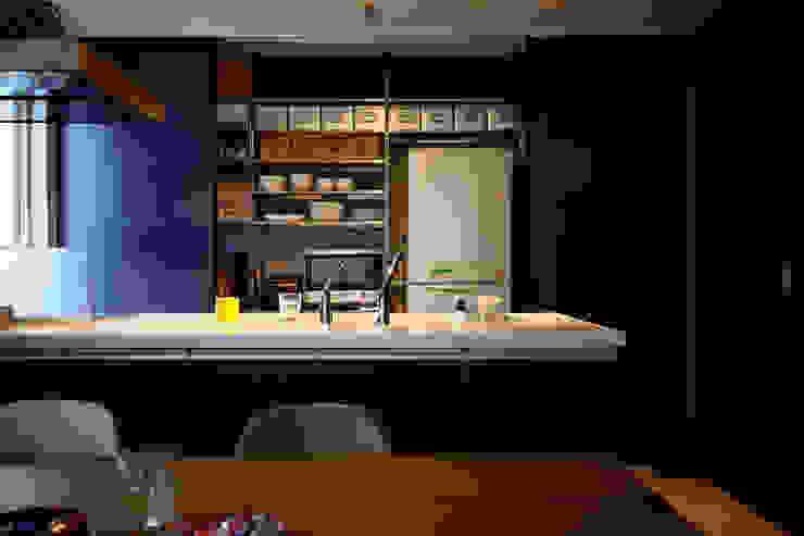 3枚引き戸で仕切ったキッチン収納 の タイコーアーキテクト インダストリアル