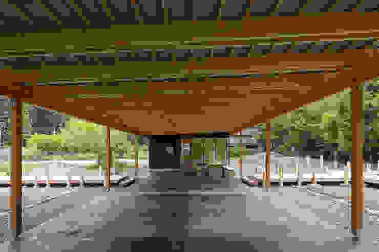 Pasillos, halls y escaleras minimalistas de arbol Minimalista Concreto