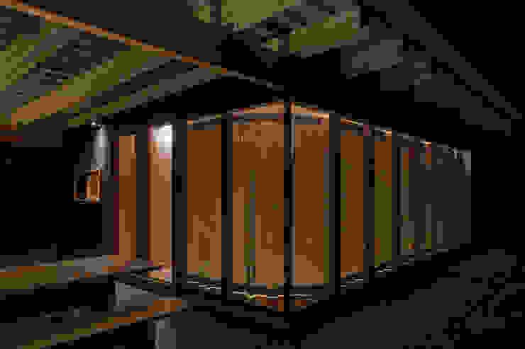 Dormitorios de estilo minimalista de arbol Minimalista Madera maciza Multicolor
