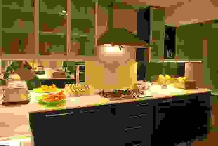Blanco sobre negro Cocinas de estilo moderno de Selica Moderno