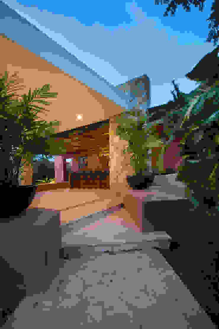 Acceso a la Terraza Principal Balcones y terrazas modernos de Heftye Arquitectura Moderno Caliza
