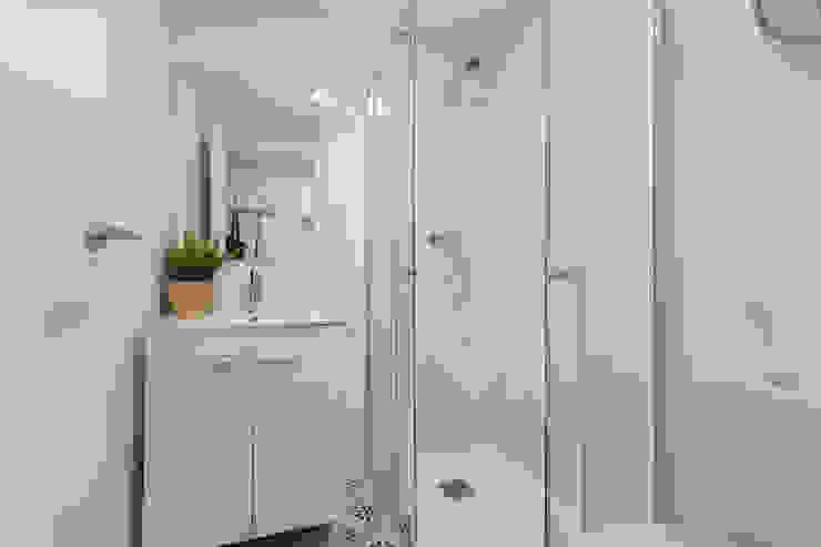 Moderno y acogedor - Interiorismo y Home Staging en Barcelona Baños de estilo escandinavo de Dekohuset Escandinavo