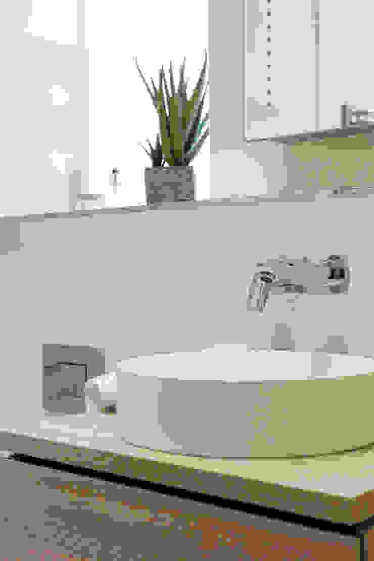 Penthouse design by SMB Interior Design SMB Interior Design Ltd Modern bathroom
