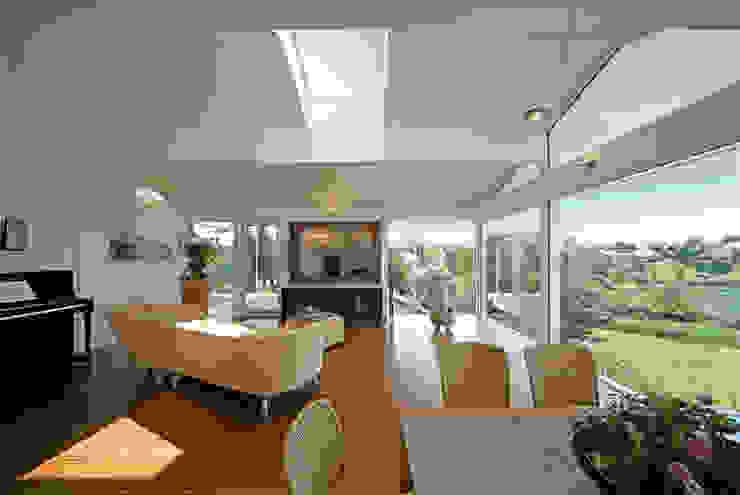 Salas de estilo moderno de DAVINCI HAUS GmbH & Co. KG Moderno