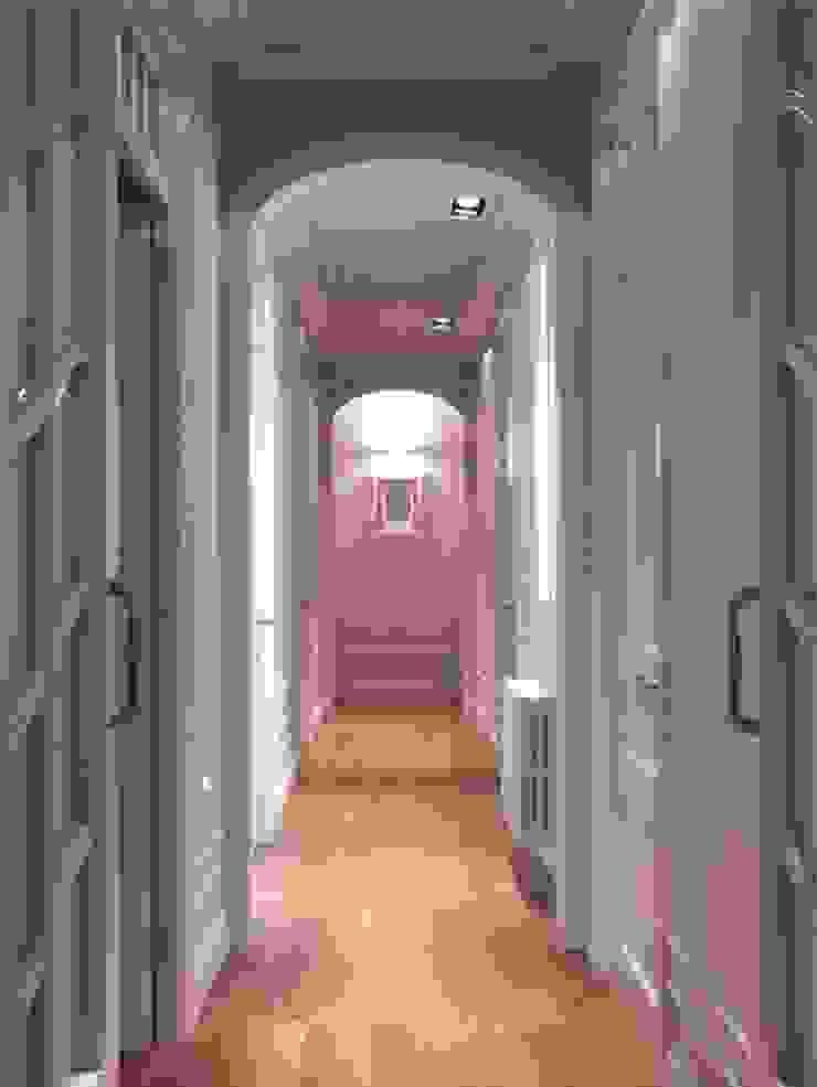 Couloir, entrée, escaliers modernes par ETNA STUDIO Moderne Bois Effet bois
