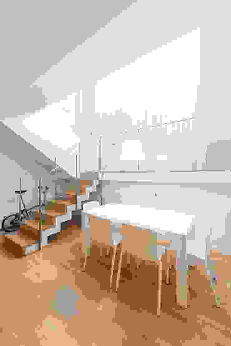 Bureau minimaliste par ETNA STUDIO Minimaliste Bois Effet bois