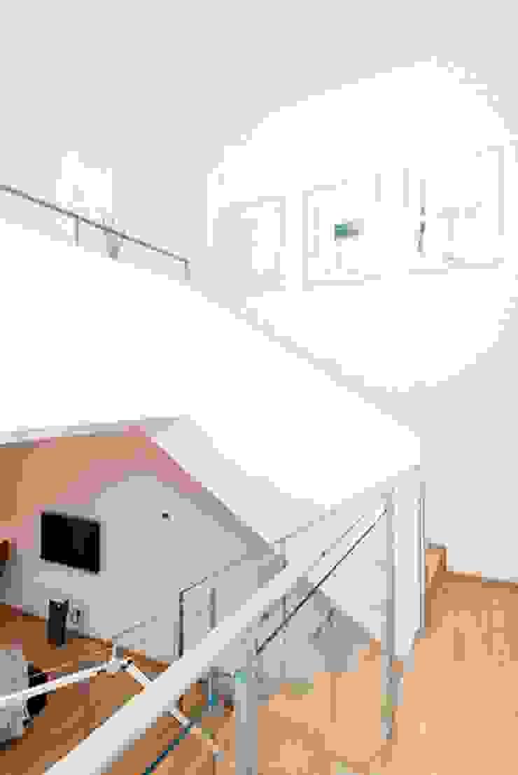 Couloir, entrée, escaliers minimalistes par ETNA STUDIO Minimaliste Bois Effet bois