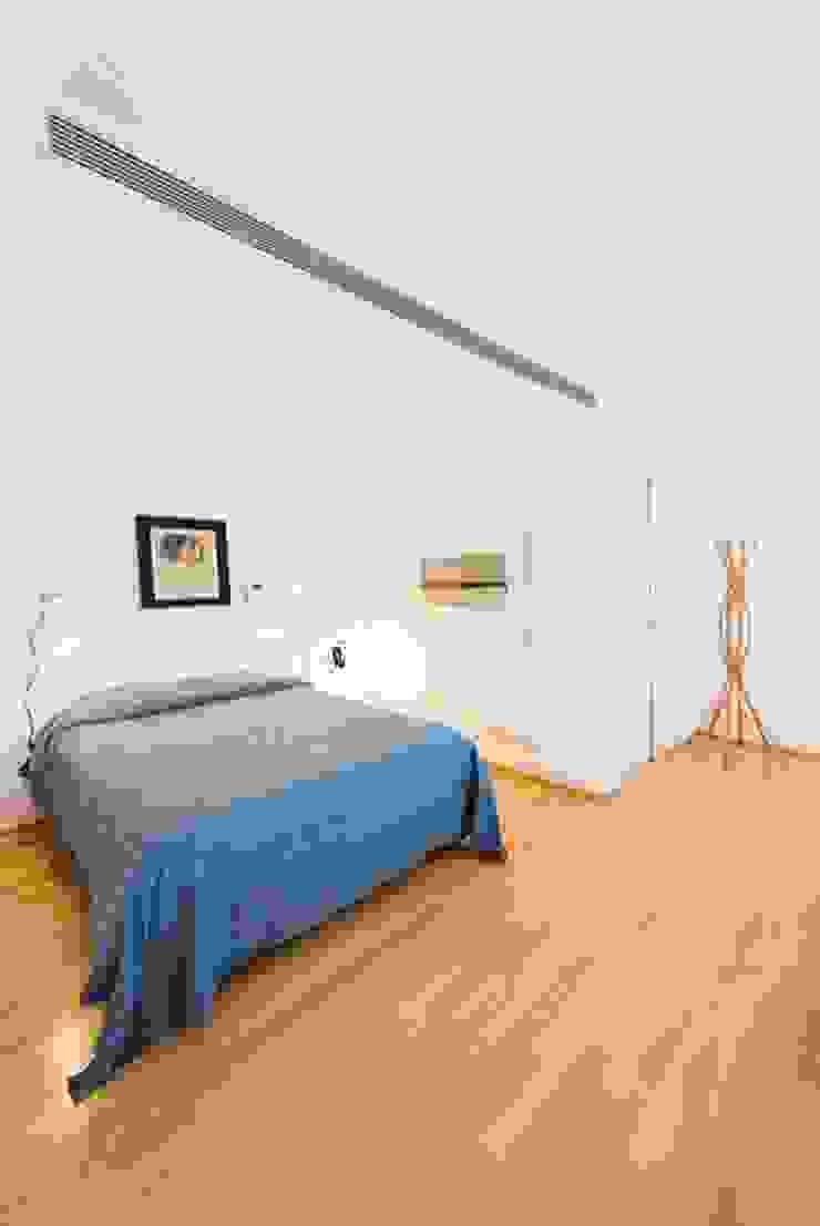 Chambre minimaliste par ETNA STUDIO Minimaliste Bois Effet bois