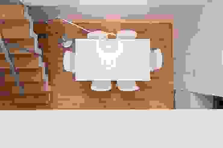 Salle à manger minimaliste par ETNA STUDIO Minimaliste Bois Effet bois