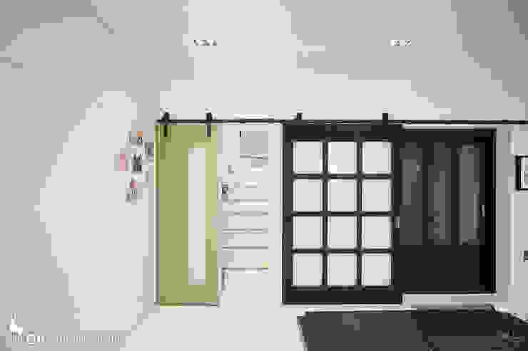 Pasillos, vestíbulos y escaleras modernos de GIP Moderno