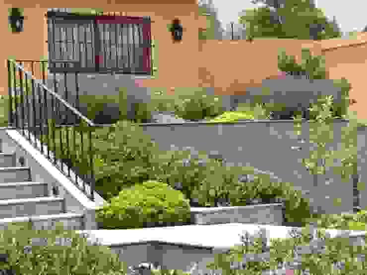 Hermoso antejardín. Jardines de estilo clásico de Aliwen Paisajismo Clásico