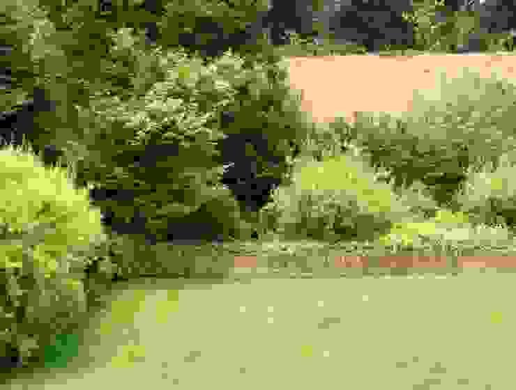 El movimiento y colorido de las plantas en un jardín. Jardines de estilo clásico de Aliwen Paisajismo Clásico
