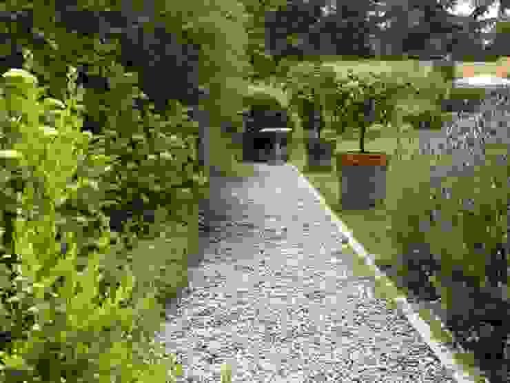 Sendero de gravilla, tipo provenzal. Jardines de estilo clásico de Aliwen Paisajismo Clásico