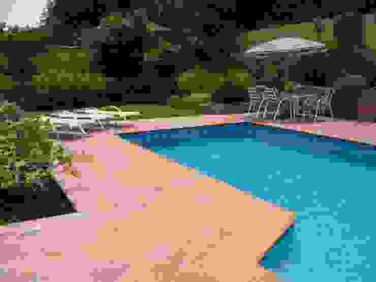 Una grata piscina rodeada de verde!! Jardines de estilo clásico de Aliwen Paisajismo Clásico